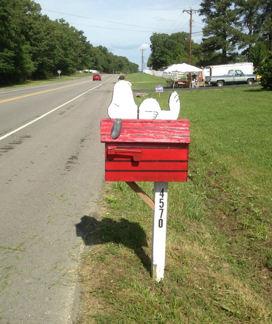 funny-mailbox-Snoopy-sleeping-road